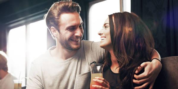 Para siedzi w objęciach w barze Navigator na promie