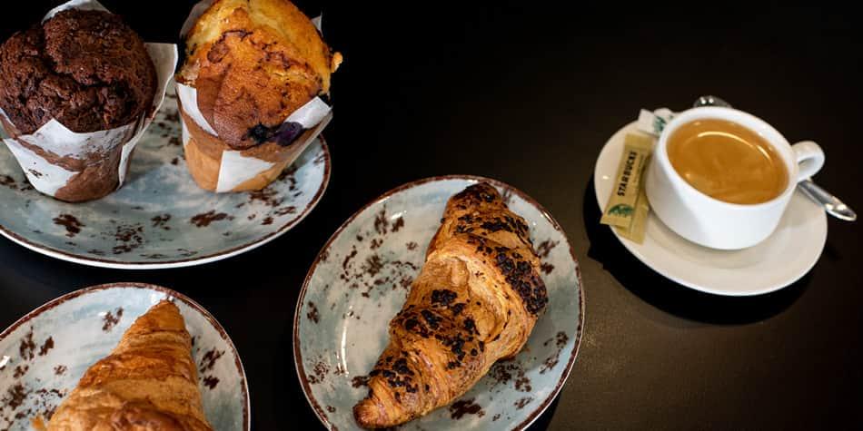 Kaffe og croissanter i Coffee Crew Cafe ombord Newcastle-Amsterdam