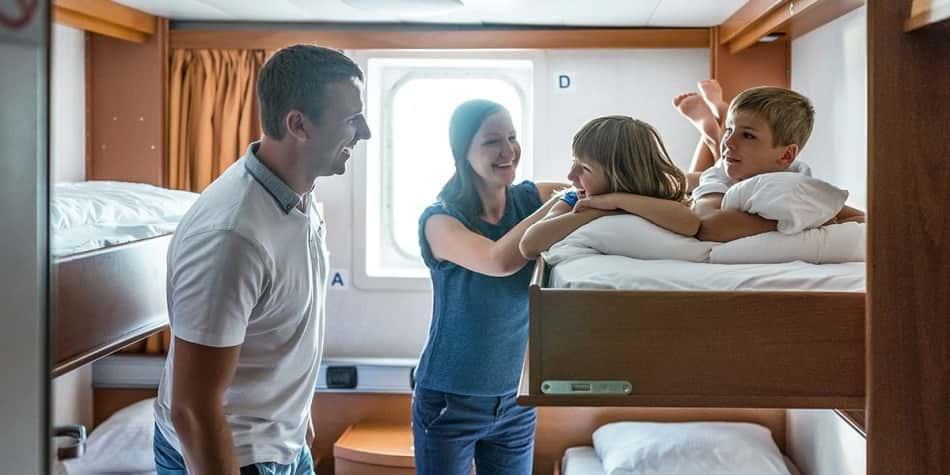 Familie i en kahyt ombord DFDS færge