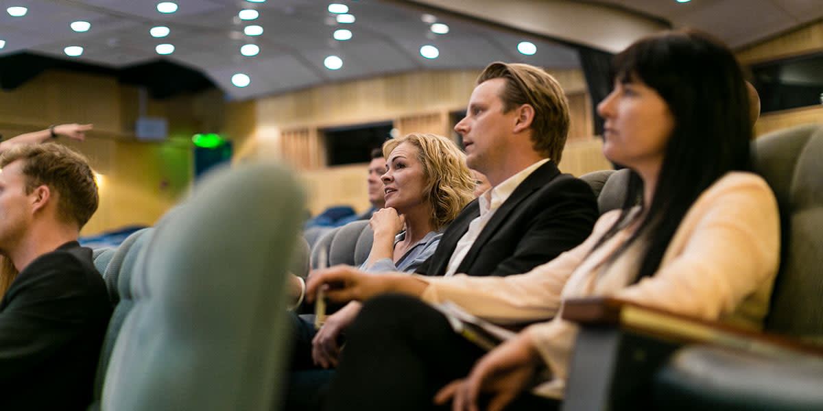 Konferansegjester i auditoriet om bord