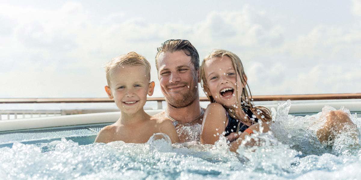 Far og børn i spa ude på dæk på Pearl Seaways