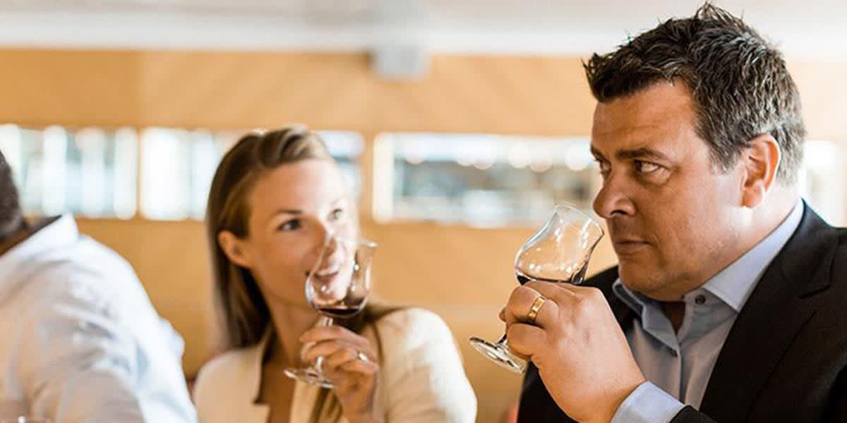 Par nyder vin i vinbaren om bord