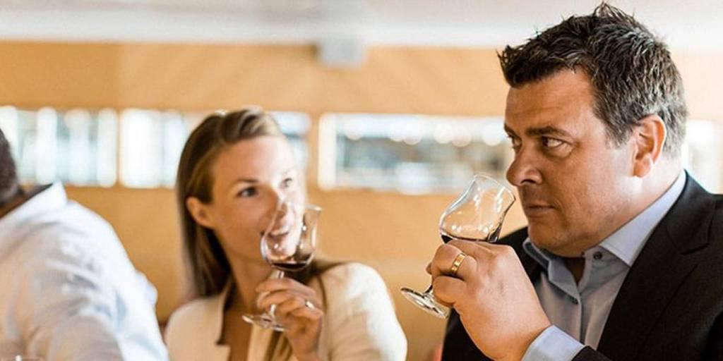 Par i vinbaren om bord
