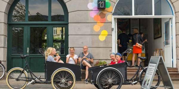 Familie spiser is i København
