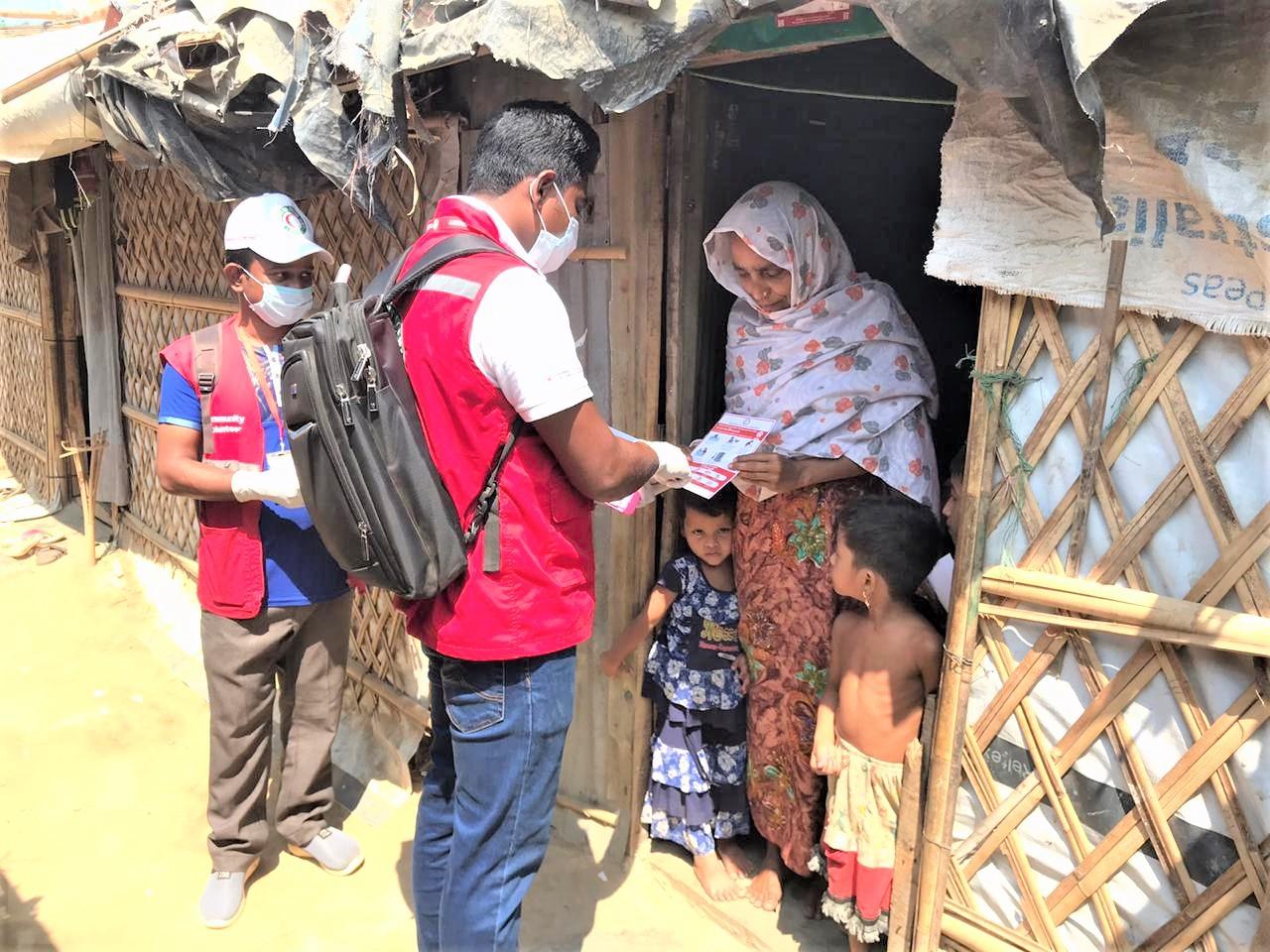 Le personnel du Croissant-Rouge du Bangladesh informe les familles de Cox's Bazar sur les risques liés au coronavirus. © Croissant-Rouge du Bangladesh
