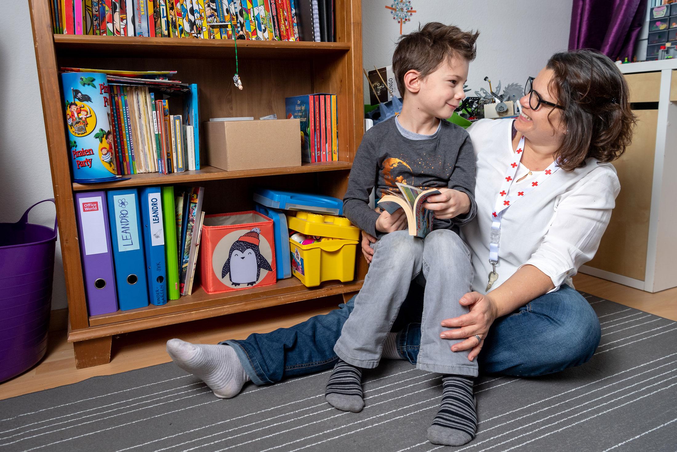 Les gardes d'enfants CRS s'occupent des petits avec beaucoup de sensibilité et un grand sens des responsabilités. (c) CRS, Remo Nägeli