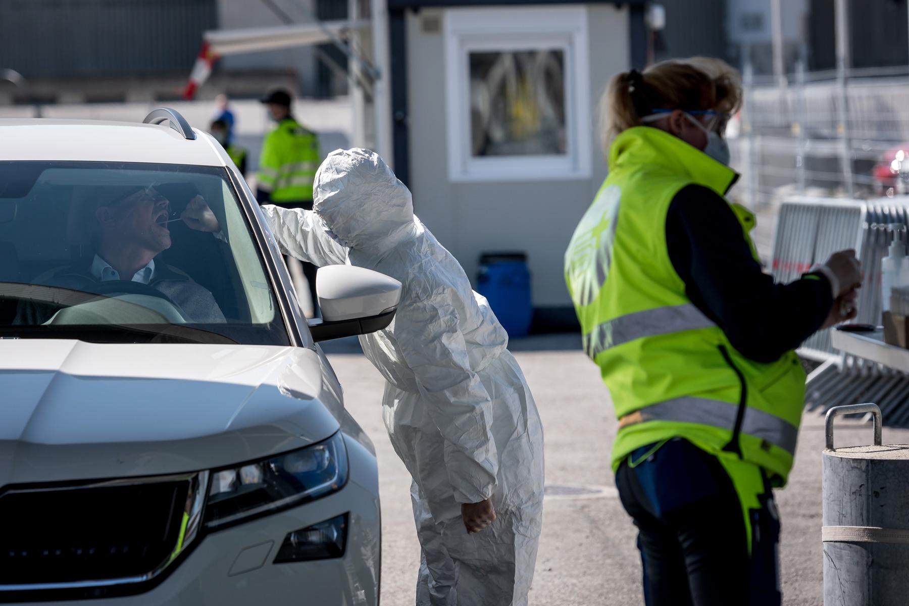 Da der Abstrich im Auto gemacht wird, kann das Risiko der Virusverbreitung reduziert werden. © SRK, Remo Nägeli