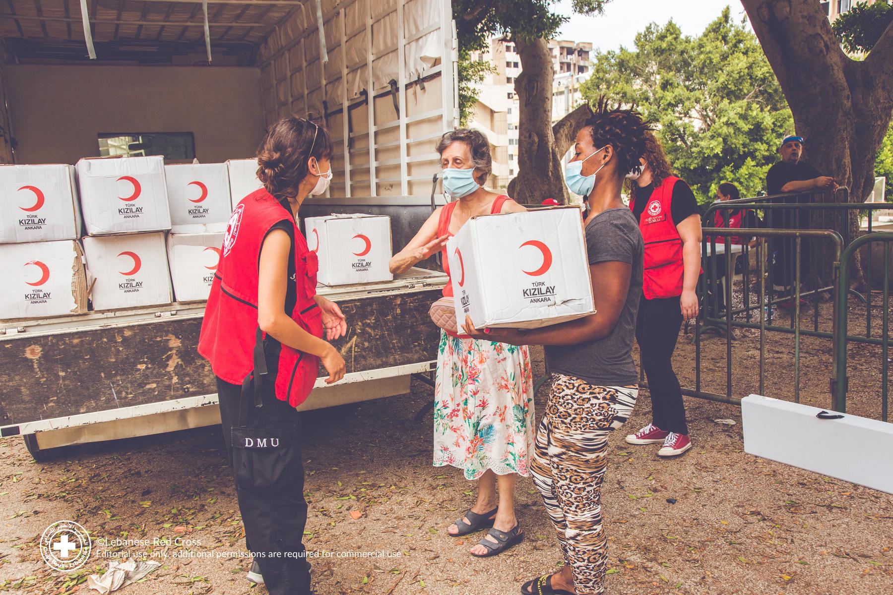 Des bénévoles de la Croix-Rouge libanaise distribuent des colis alimentaires aux personnes touchées par l'explosion. © Croix-Rouge libanaise