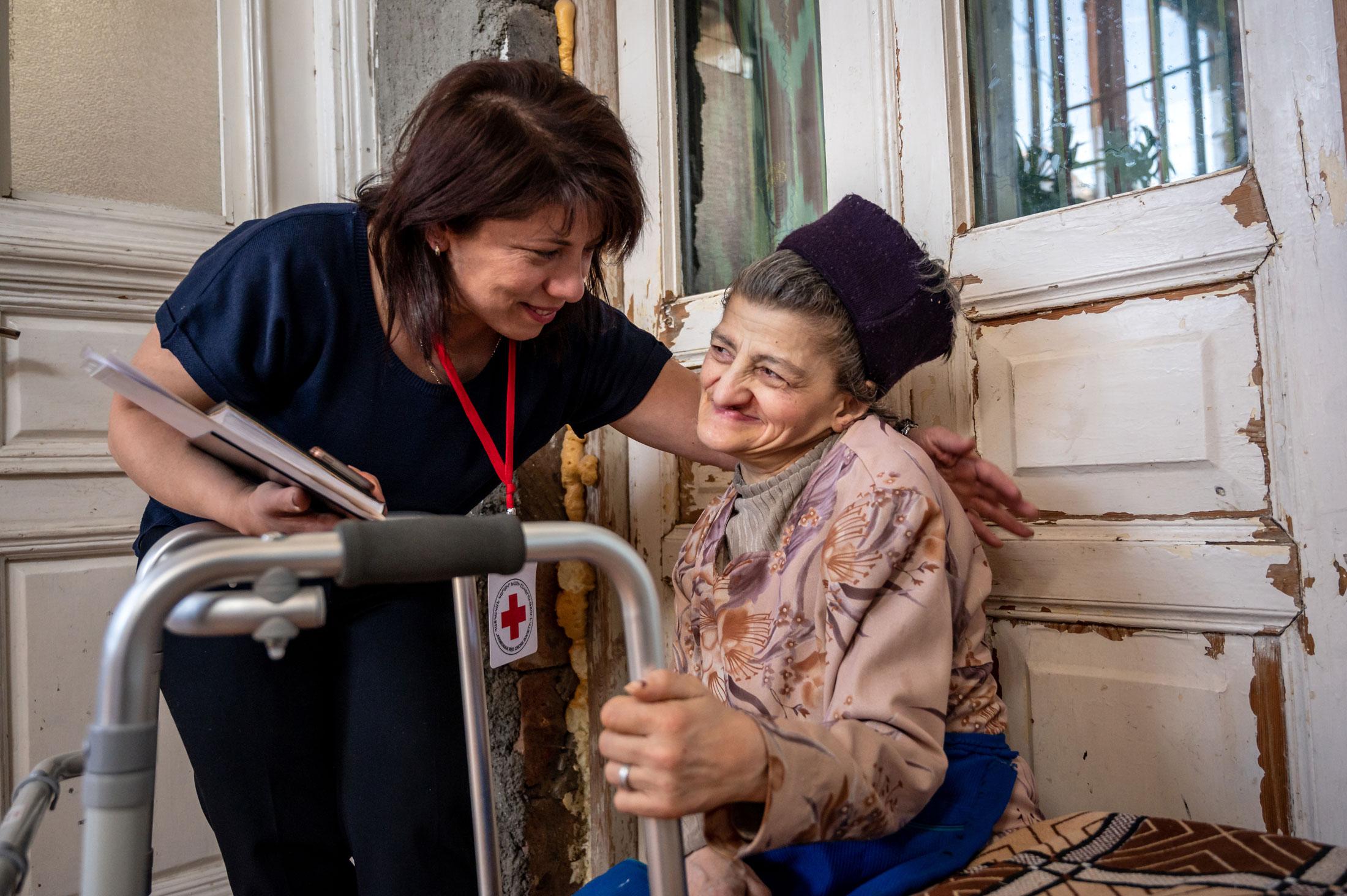 Dank dem Roten Kreuz erhält die behinderte Karine Khachatzyan Pflege zu Hause und Hilfe im Haushalt. © Remo Nägeli