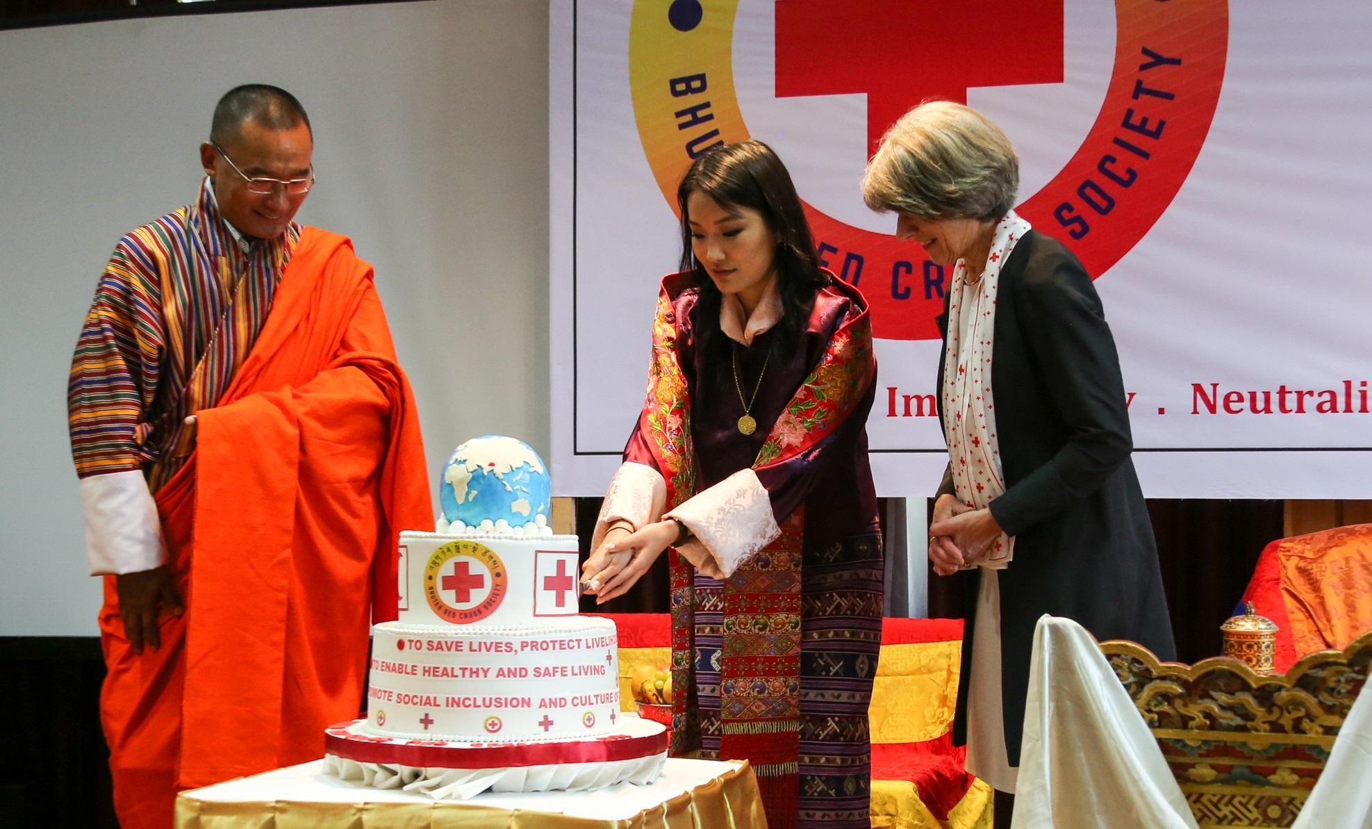 Die kürzlich verstorbene ehemalige SRK-Präsidentin Annemarie Huber-Hotz bei der Gründungszeremonie des Roten Kreuzes in Bhutan. © Bhutanisches Rotes Kreuz