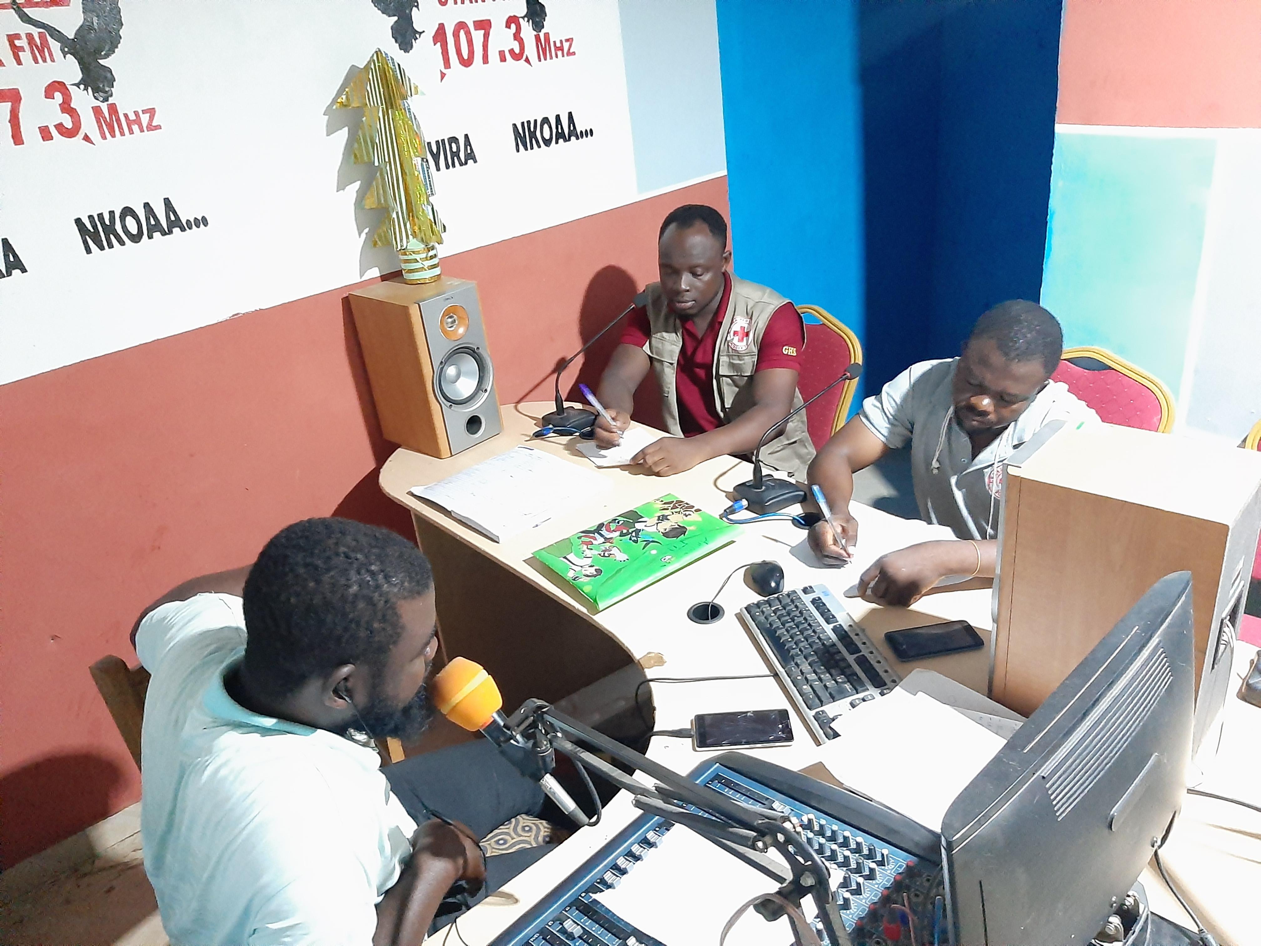 Das Rote Kreuz leistete in Ghana wichtige Aufklärungs- und Sensibilisierungsarbeit zum Coronavirus. Auch Menschen in abgelegenen Regionen konnten dank den Rotkreuzfreiwilligen erreicht werden.