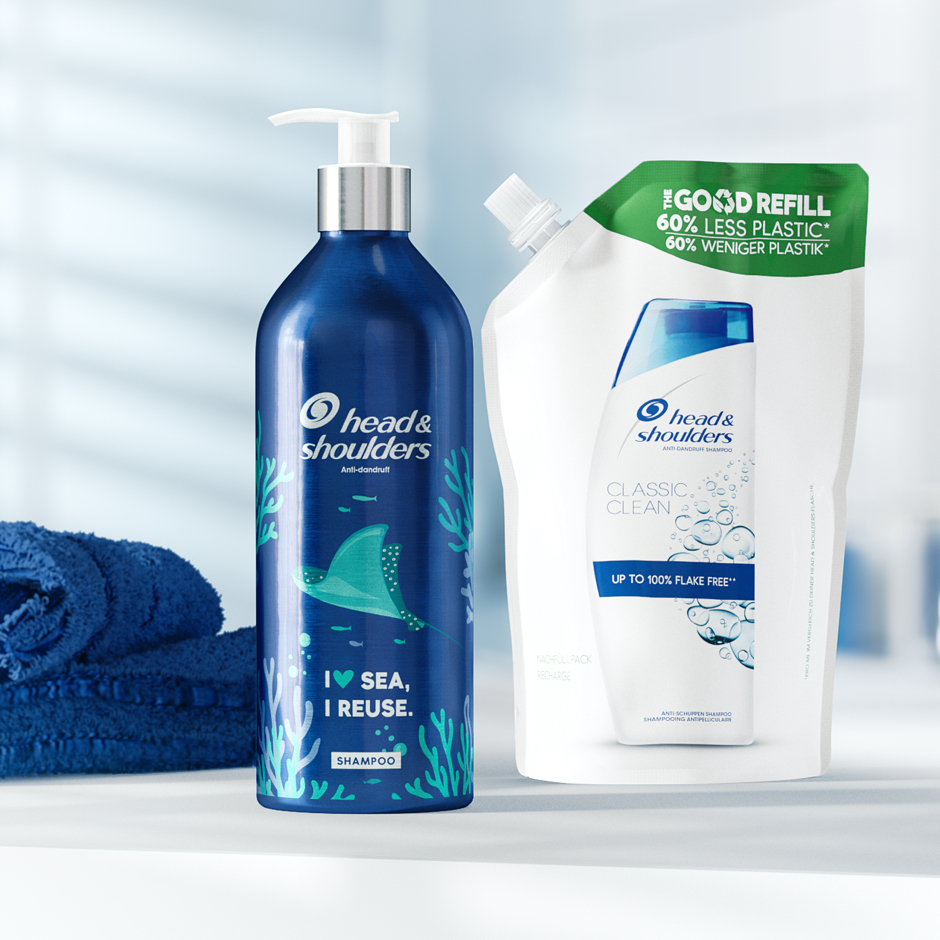 Head&Shoulders aluminium bottle and refill pack next to the towel on the bathroom background.