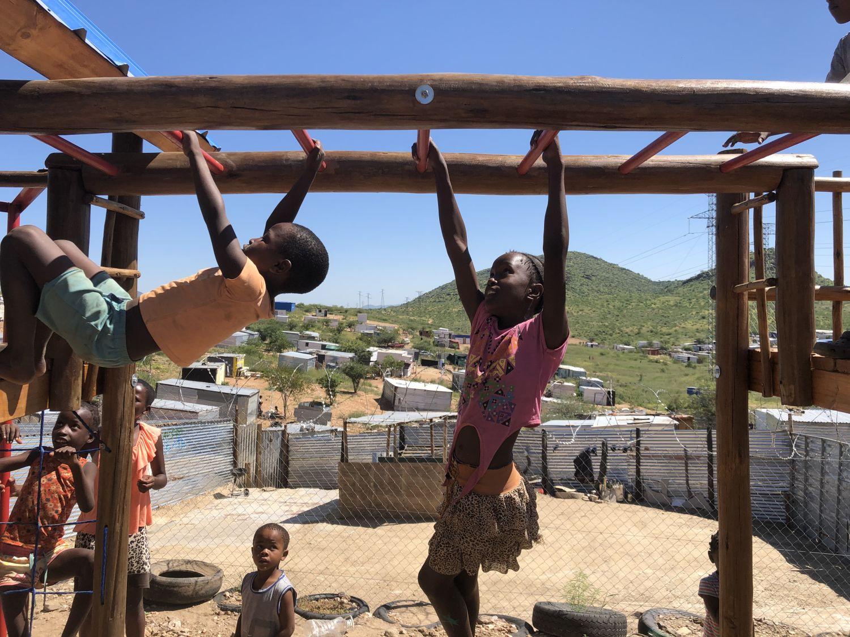 Kinder klettern auf einem neugebauten Spielgerüst.