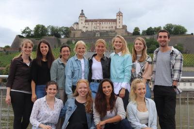 Die aktiven Mitglieder des Vereins stehen unter der Würzburger Festung und lächeln freundlich in die Kamera beim ersten live Stammtischtreffen im Juli 2021.