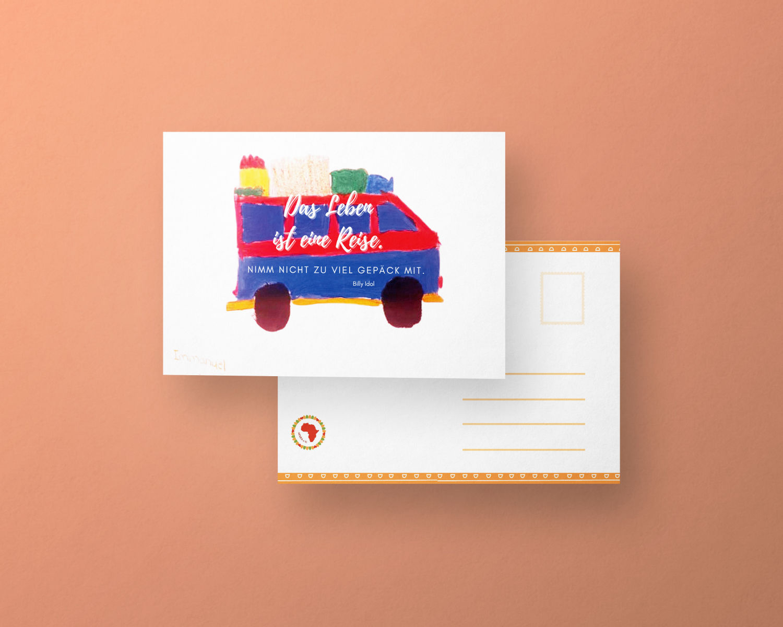 """Zu sehen ist ein Bild einer Postkarte. Auf dieser sieht man einen kleinen bunten Bus der von einem Kind gemahlt wurde und darauf der Text geschrieben:"""" Das Leben ist eine Reise. Nimm nicht zu viel Gepäck mit.""""."""