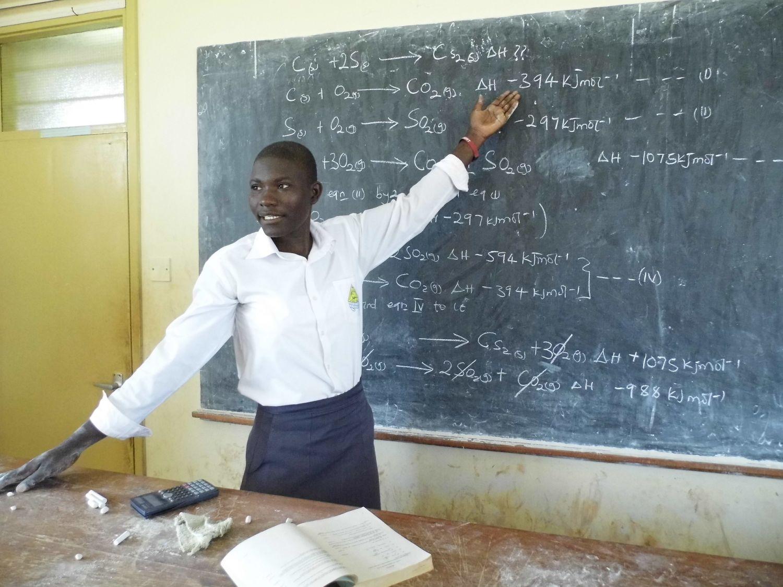 Chemielehrer in afrikanischer Schule\nhttps://pixabay.com/photos/schule-chemie-uganda-lehrer-1589323
