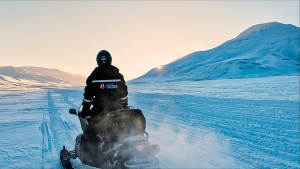 Snowmobile-Expedition_Juvahytta__Polar-adventure_Winter-landscape_Explore_Travel_Adventure_Svalbard_Agurtxane-Concellon_Landscape-1920x1080
