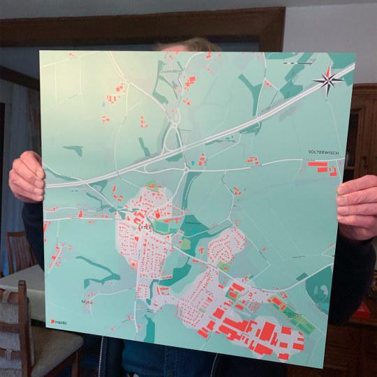 Opa zeigt voller Stolz seine persönliche Landkarte mit seinem Geburts- und Heimatort, die er von seiner Familie zum Geburtstag geschenkt bekommen hat
