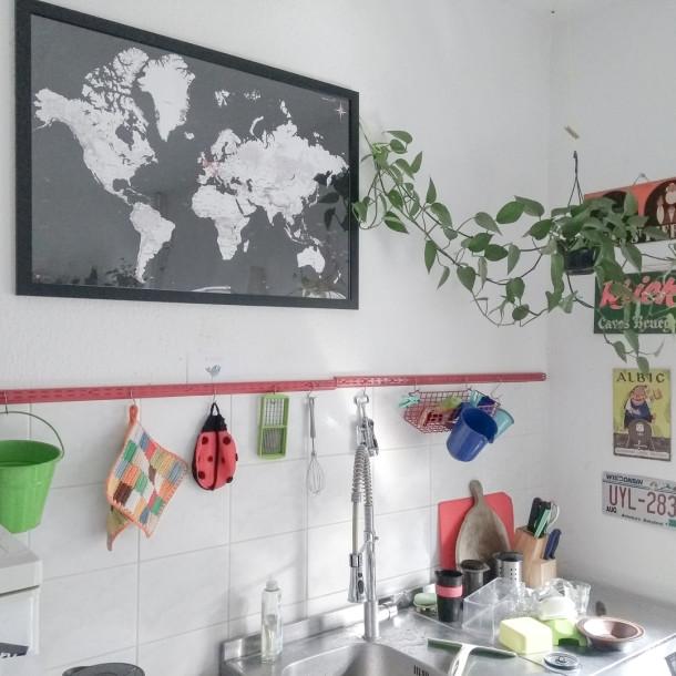 Weltkarte mit den Wohnorten der Ehefrau - Ansicht in der Küche der jungen Familie