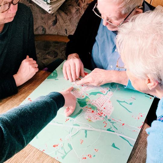 Zusammen mit den anderen Familienmitglieder erkundet der Beschenkte seine persönliche Landkarte mit seinem Geburts- und Heimatort