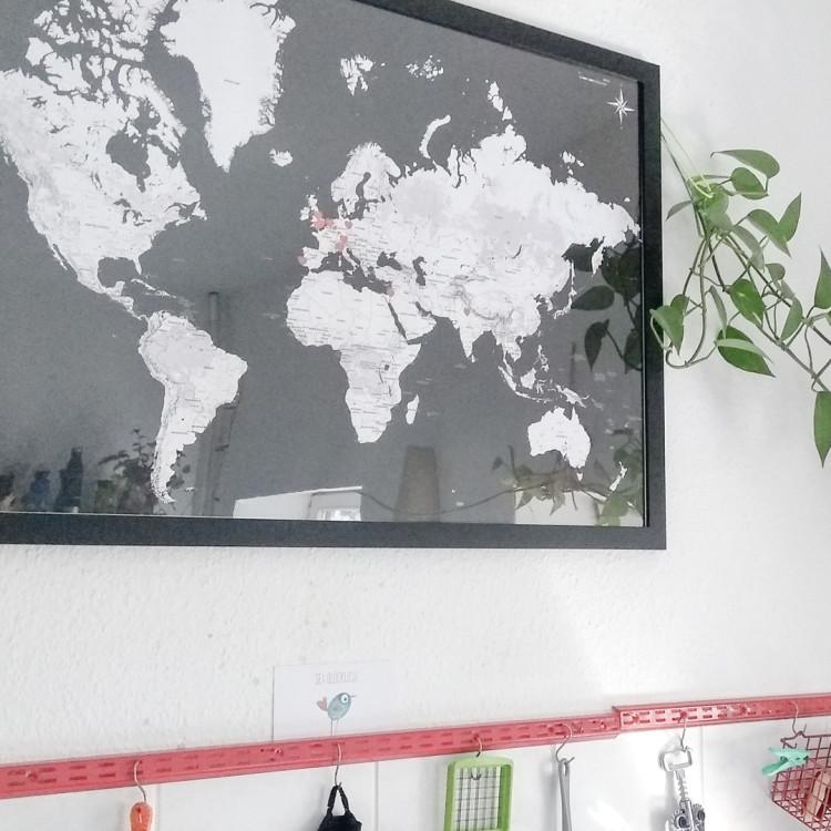 Weltkarte mit den Wohnorten der Ehefrau - Nahaufnahme der Landkarte