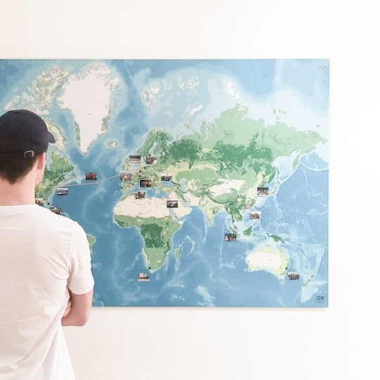 Betrachter vor der Event-Weltkarte von QX – Quarterly Crossing