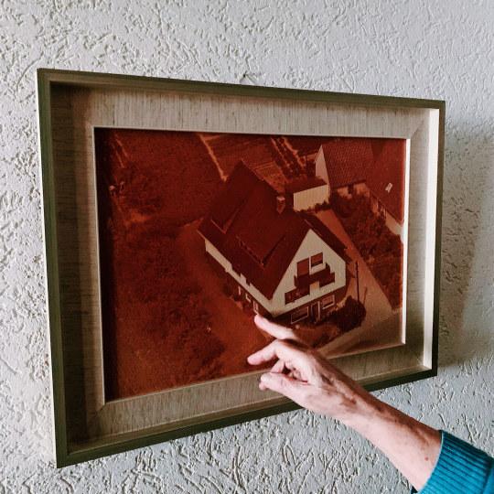Die persönliche Landkarte mit Geburts- und Heimatort bekommt einen prominenten Platz an der Wand - direkt neben einem Foto des Wohnhauses