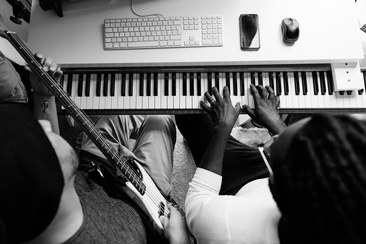 Musicians with keyboard BW