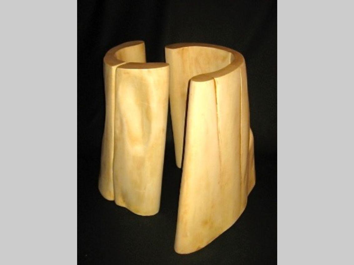 Aus Lindenholz geformtes zweiteiliges Unterteil eines Tisches