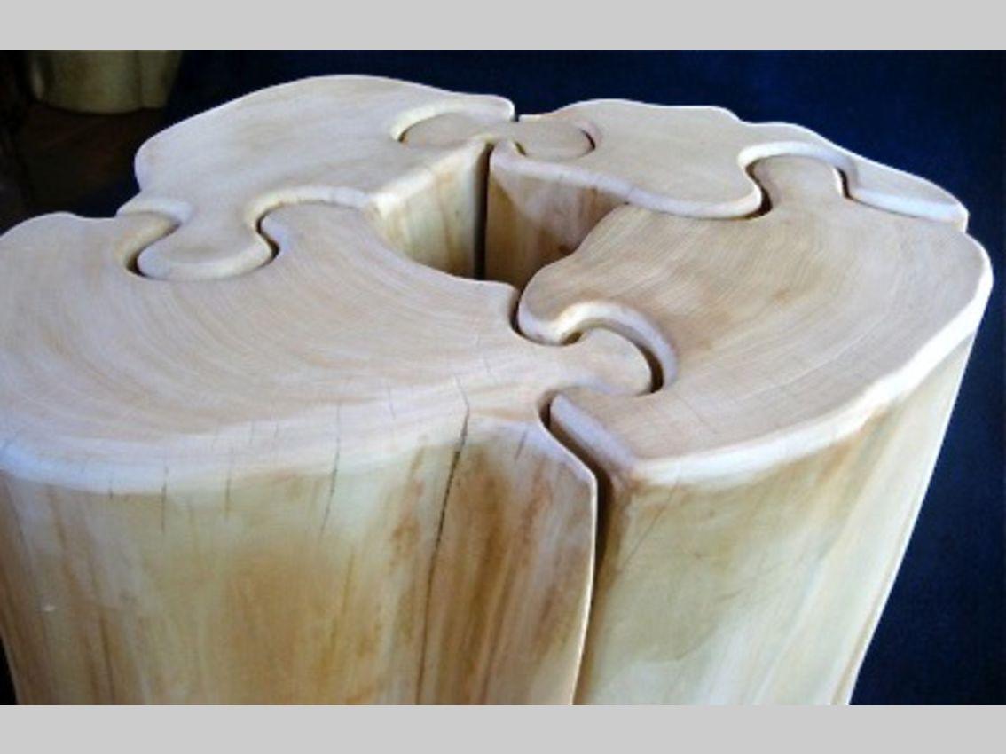 Tisch verwoben aus vier puzzleähnlichen Teilen