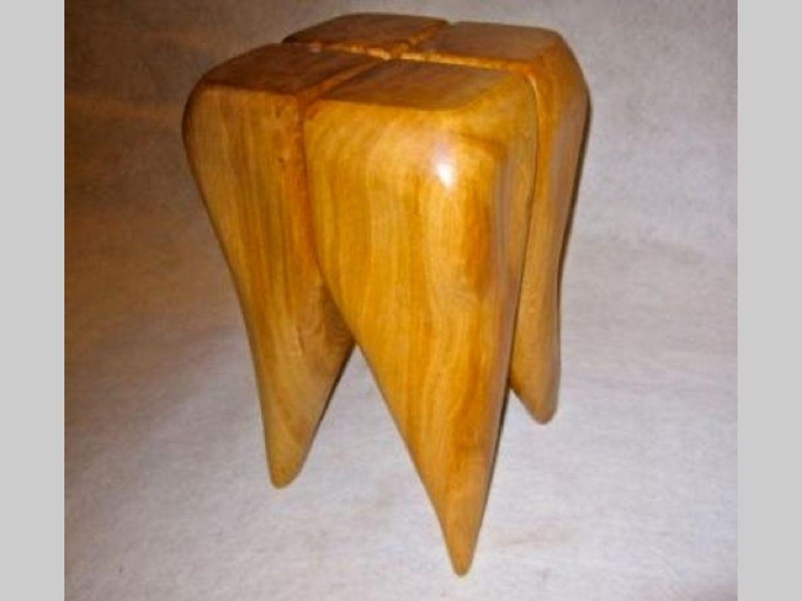 Ein hocker in der Form eines Zahnes