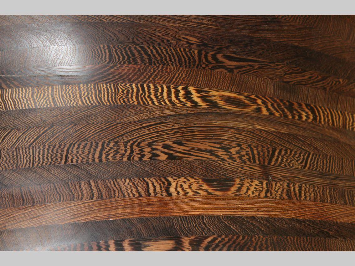 Detailliertes Muster des in der Liegeschwebe verwendeten Wenge-Baumes aus Kamerun