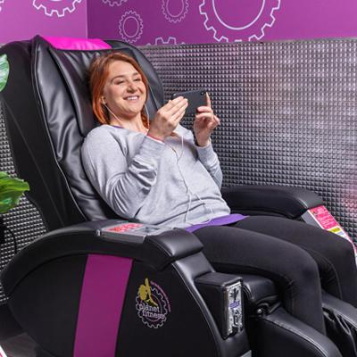 享受按摩椅的女人