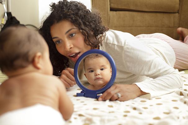 Atividades do bebê recém-nascido: interagindo com brincadeiras