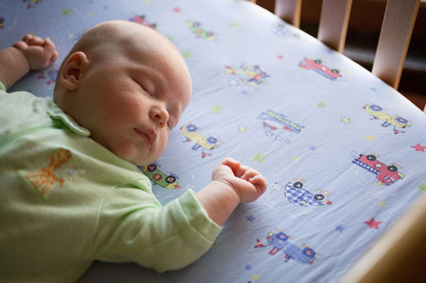 Bebê dormindo de costas para reduzir o risco de Síndrome da Morte Súbida do Lactente