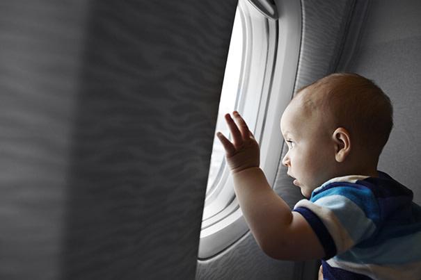 Viajando de avião com uma criança