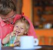 Comendo em um restaurante com seu bebê