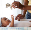 Bebê em consulta médica para verificar sintomas da roséola