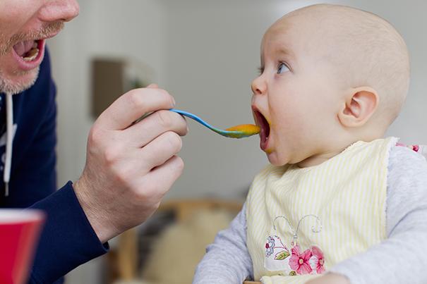 Pare de amamentar: alimentos sólidos ao bebê