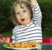 Almoço de família com seu filho de 3 anos