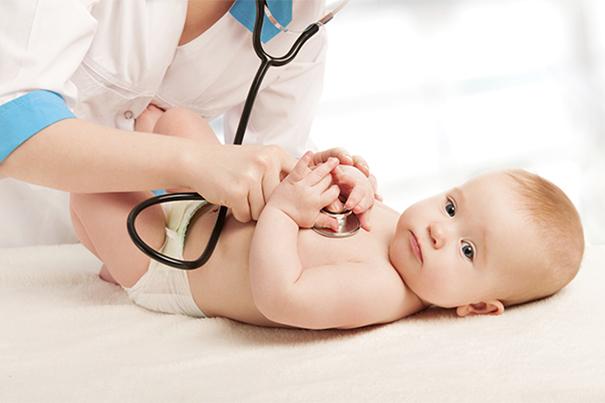 Consulta médica do bebê de 6 meses