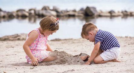 children-playing-sand-europarcs-poort-van-amsterdam