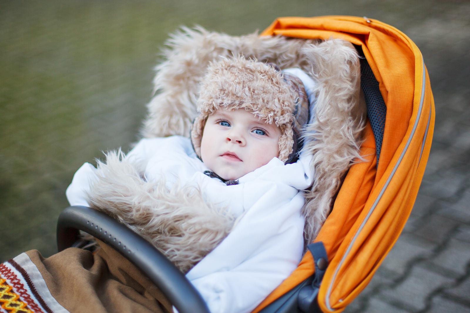 godt-innpakket-guttebaby i sportsvogn
