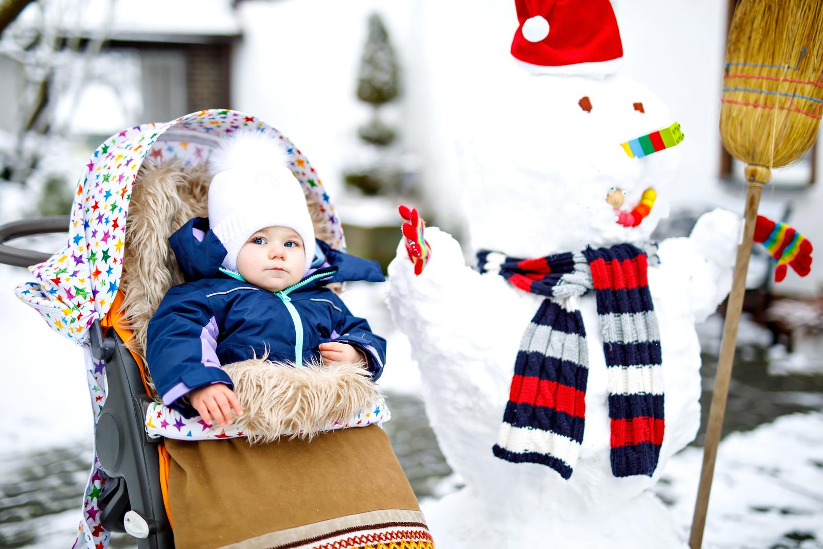 baby-ved-en-snømann