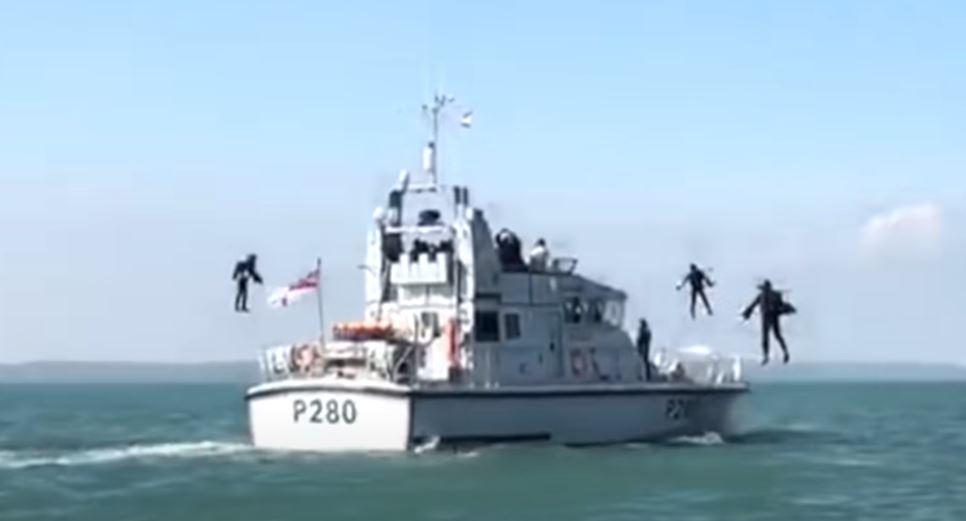 Abordaż łodzi w kombinezonach JetSuit.