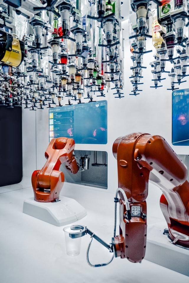 Dwa czerwone ramiona robotów