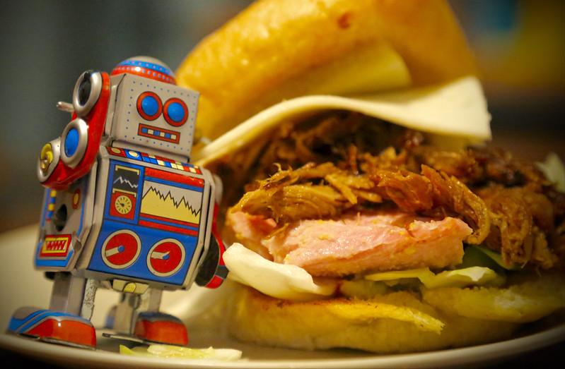 Robot i obrzydliwa kanapka w tle