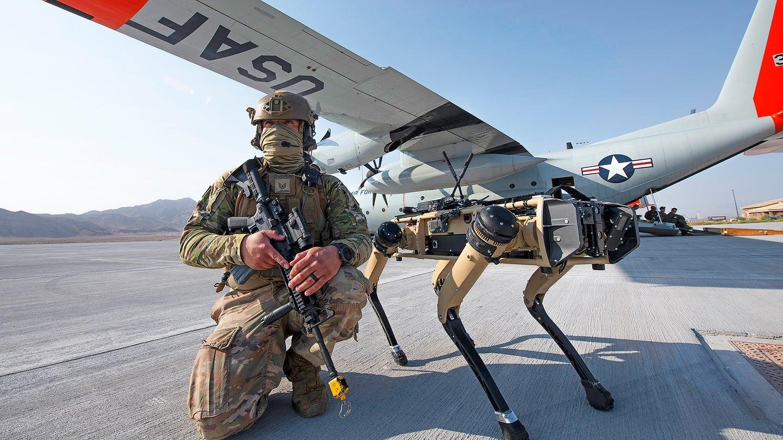 Żólnierz amerykańskiej armii i robo-pies Vision 60.