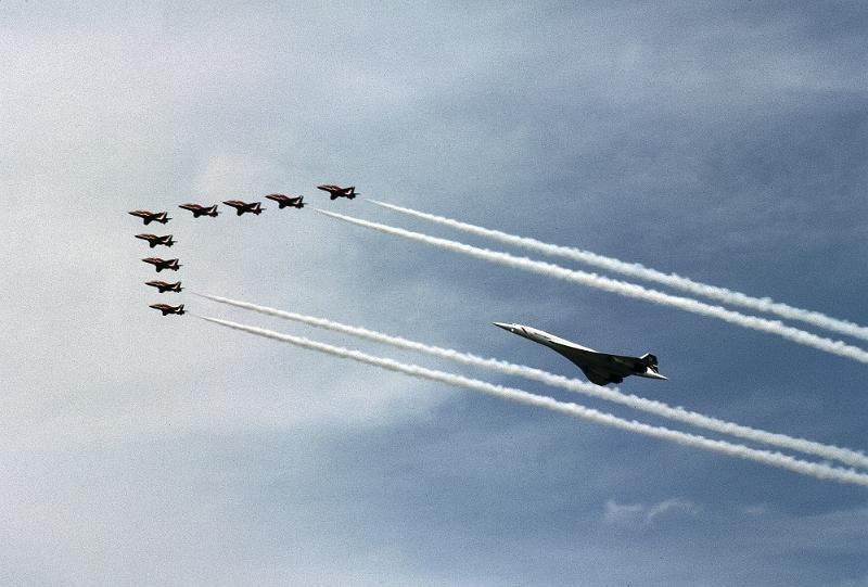 Concorde lecący za myśliwcami.