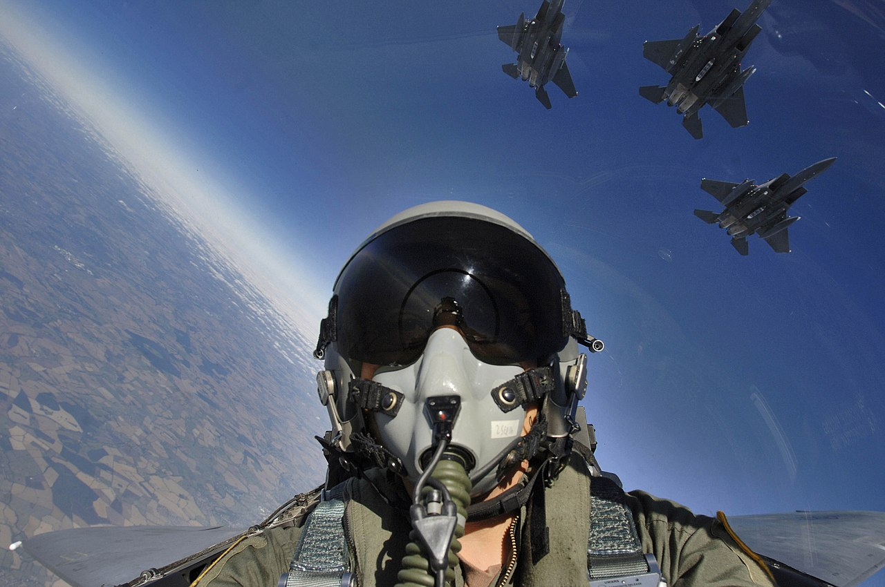 Pilot myśliwca podczas lotu. Widok z kokpitu.